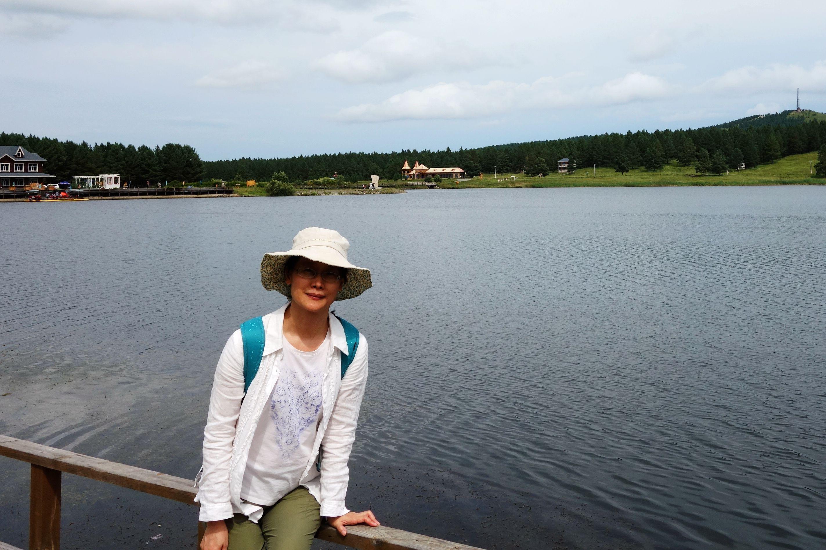 李斌,浙江大学经济学学士,青岛大学经济学硕士,现为青岛大学旅游与